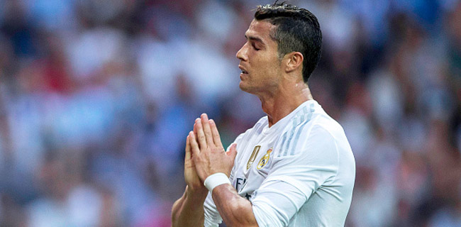MADRID, SPAIN - SEPTEMBER 26: Cristiano Ronaldo of Real Madrid CF reacts as he fail to score during the La Liga match between Real Madrid CF and Malaga CF at Estadio Santiago Bernabeu on September 26, 2015 in Madrid, Spain. (Photo by Gonzalo Arroyo Moreno/Getty Images)