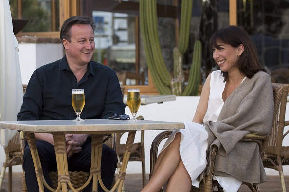 PLAYA BLANCA, LANZAROTE - MARCH 25: Britain's Prime Minister David Cameron (L) and his wife Samantha pose for a photograph during their holiday on March 25, 2016 in Playa Blanca, Lanzarote, Spain. (Photo by Neil Hall-Pool/Getty Images)