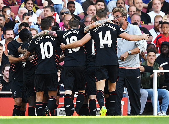 LONDON, ENGLAND - AUGUST 14: Sadio Mane (2ndL) of Liverpool and team mates celebrate his goal with Jurgen Klopp, Manager of Liverpool during the Premier League match between Arsenal and Liverpool at Emirates Stadium on August 14, 2016 in London, England. (Photo by Michael Regan/Getty Images)