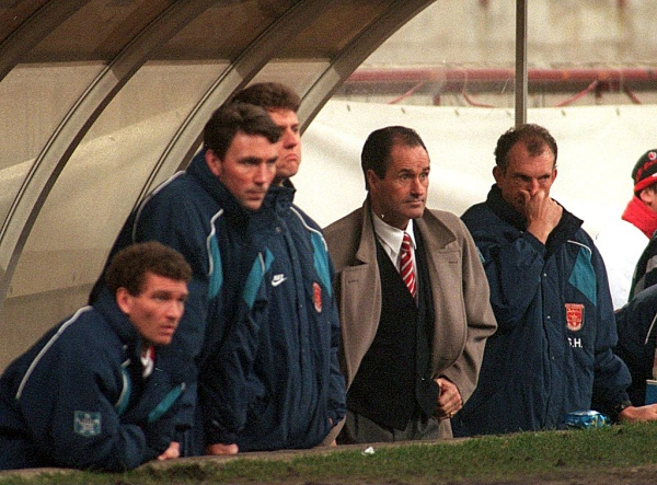 8 FEB 1995: ARSENAL MANAGER GEORGE GRAHAM LOOKS ON IN DESPAIR AS AC MILAN DEFEAT ARSENAL 2-0 IN THE EUROPEAN SUPER CUP SECOND LEG MATCH AT THE SAN SIRO STADIUM IN MILAN, ITALY. Mandatory Credit: Mike Hewitt/ALLSPORT