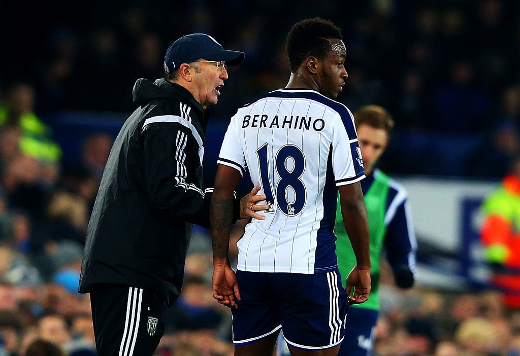 LIVERPOOL, ENGLAND - JANUARY 19: Tony Pulis, manager of West Brom speaks with Saido Berahino of West Brom during the Barclays Premier League match between Everton and West Bromwich Albion at Goodison Park on January 19, 2015 in Liverpool, England. (Photo by Alex Livesey/Getty Images)