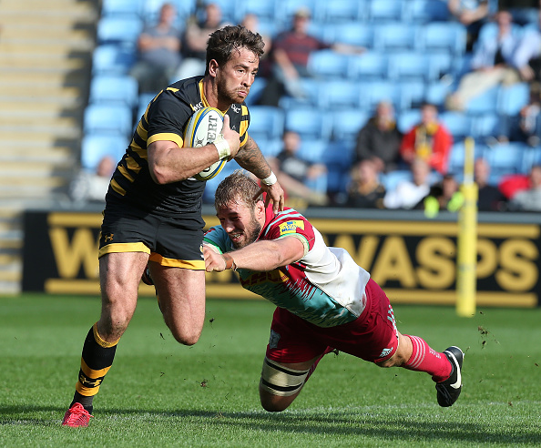 COVENTRY, ENGLAND - OCTOBER 02: Danny Cipriani of Wasps evades the tackle of Chris Robshaw of Harlequins during the Aviva Premiership match between Wasps and Harlequins at The Ricoh Arena on October 2, 2016 in Coventry, England. (Photo by Pete Norton/Getty Images)